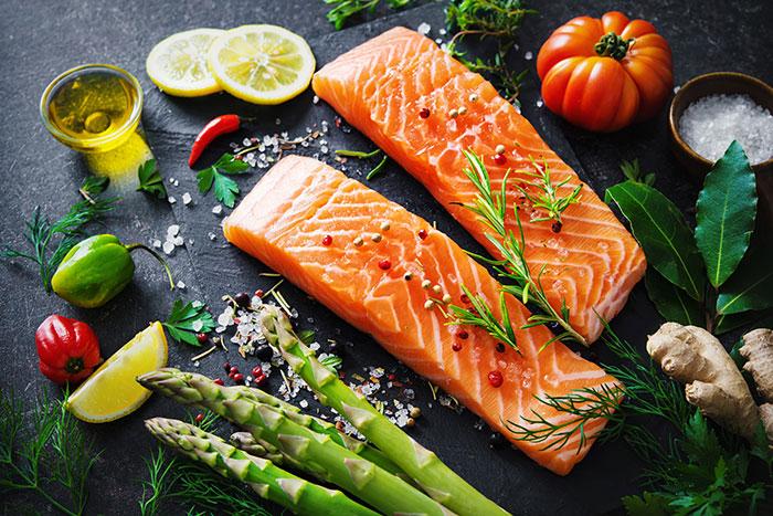Eine ausgewogene Ernährung bei Hämophilie A kann viel bewirken und das Wohlbefinden fördern. Welche Lebensmittel gut sind erfährst Du in diesem Artikel.